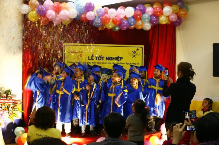 Các FasTracKids-Bé thông minh tưng bừng trong lễ tốt nghiệp